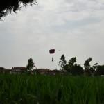2015.06.14 - 40° Aido Grassobbio - Via Papa Giovanni XXIII  - atterraggio del Presidente Paracadutisti Val Cavallina Massimiliano Nozza con bandiera d'Italia